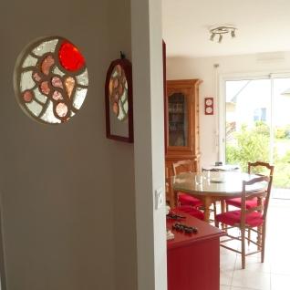 Pauline Le Goïc, dalle de verre ronde pour un mur de salle/couloir.