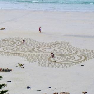 Pauline Le Goïc, rake art (dessin sur le sable) avec Flèche et Patelgé