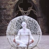 Pauline Le Goïc, performance in-situ dans sphère de dentelle aux fuseaux