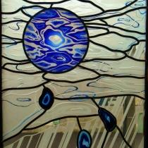 Pauline Le Goïc, vitrail monté au plomb, sablé, gravé et incrusté d'une cive gravée et de tranches d'agate.