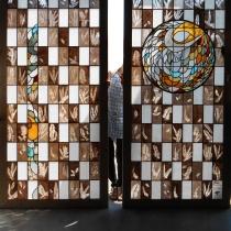 Pauline Le Goïc, Umô, 羽毛, portes shoji en vitrail, montées au plomb avec insertions de verres peints et colorés et papiers washi