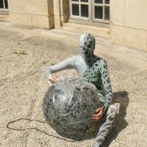 Pauline Le Goïc, Chaosmos II Cosmocide, performance artistique autour d'une sphère de verre monté au plomb avec verre thermoformé, sérigraphié et entièrement gravé à la main, surmontée de petits soldats en pâte de verre