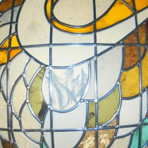 Pauline Le Goïc, détail du cercle central des portes Umô, portes shoji avec verre bombé et papier washi incrusté de cendres et plumes