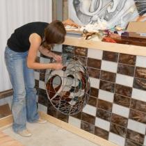 Pauline Le Goïc, étape de montage de Umô, portes shoji avec verre peint et papier washi incrusté de fibre et plumes