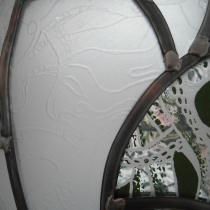Pauline Le Goïc, Chaosmos II - Cosmocide (détail de gravure), sphère de verre montée au plomb avec verre thermoformé, sérigraphié et entièrement gravé à la main
