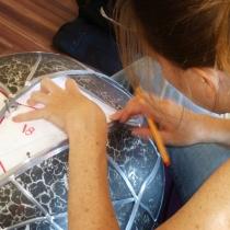 Pauline Le Goïc, Chaosmos I - Gématria, étape de réalisation d'une sphère de verre montée au plomb avec verre thermoformé et sérigraphié
