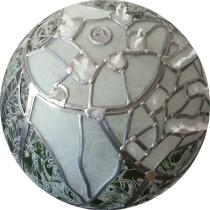 Pauline Le Goïc, Chaosmos II -Cosmocide, sphère de verre montée au plomb avec verre thermoformé, sérigraphié et entièrement gravé à la main. La sphère est surmontée de petits soldats en pâte de verre et d'un sceau de cire