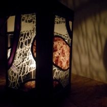 Pauline Le Goïc, Armorique Vitrail, Lanterne en vitrail (verres colorés et gravés) et papier washi